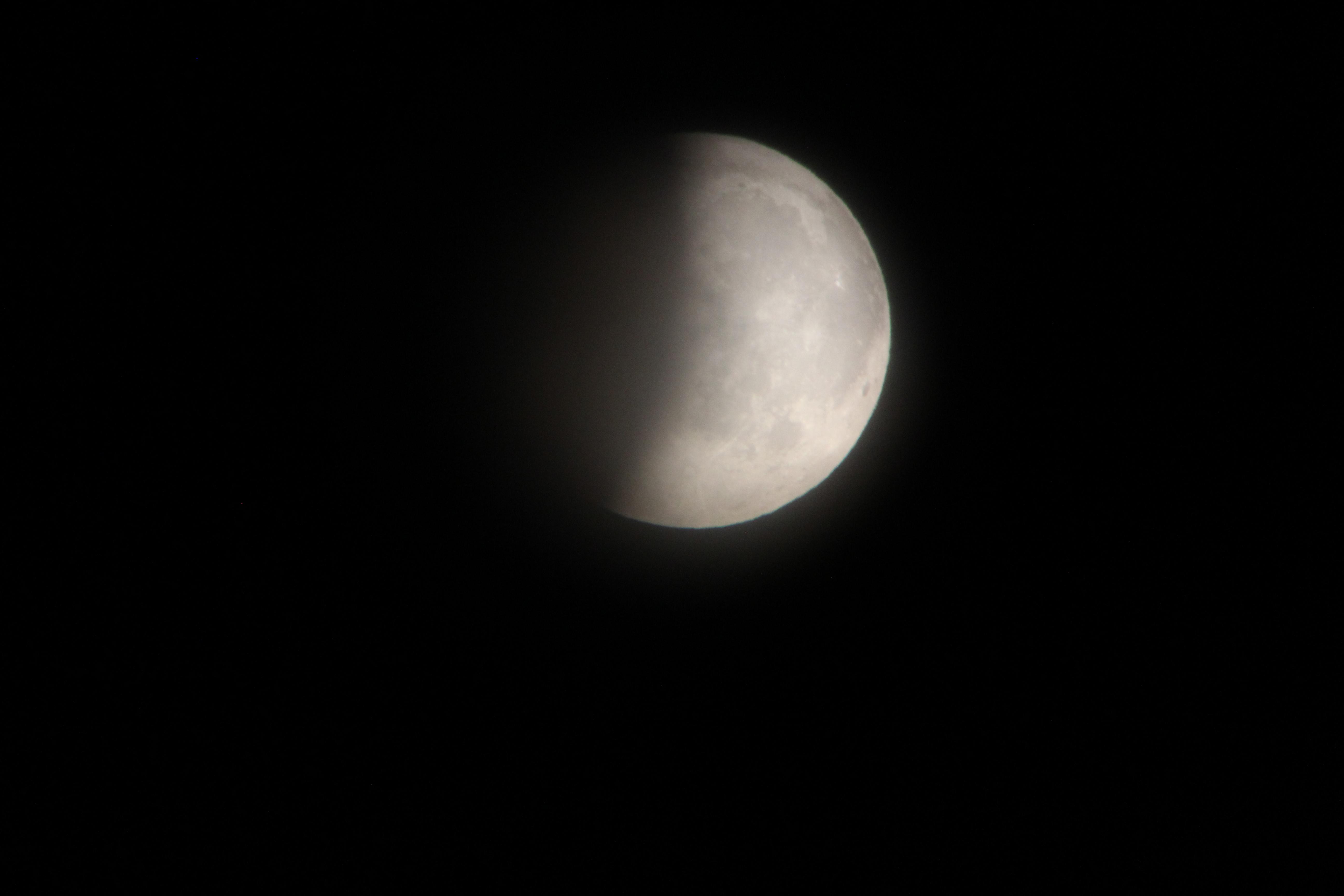 La Lluna eclipsada parcialment captada a pols d'un telescopi refractor de 60mm de diàmetre i 700mm de focal. 1/15 Segonts d'exposició, ISO 1600, F/5.6.